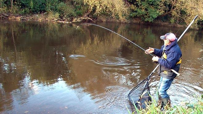 Рыбак борется с рыбой