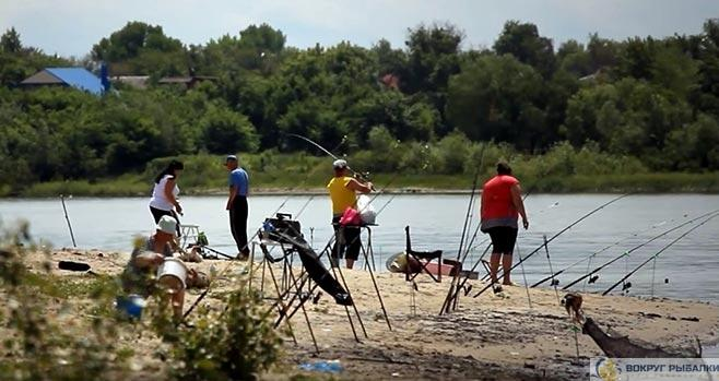 рыболовы на берегу